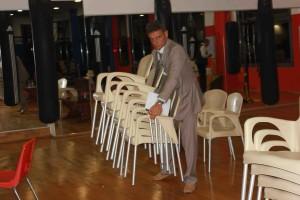 Oltre che presentatore, il nostro Loris aiuta a preparare la sala per accogliere il pubblico.