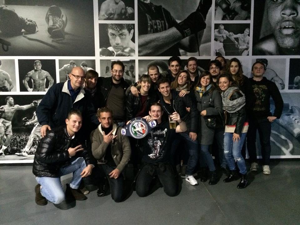 Daniele Rota festeggia il titolo con alcuni dei tifosi accorsi a sostenerlo.