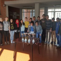 Gli alunni del Galilei di Voghera partecipanti ai Campionati Studenteschi di scacchi nel 2016. A sinistra il Prof. Illuminati e la Dirigente Daniela Lazzaroni.