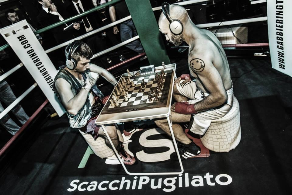"""""""Discussione"""" sullo scacchipugilato all'Accademia Scacchi Milano."""