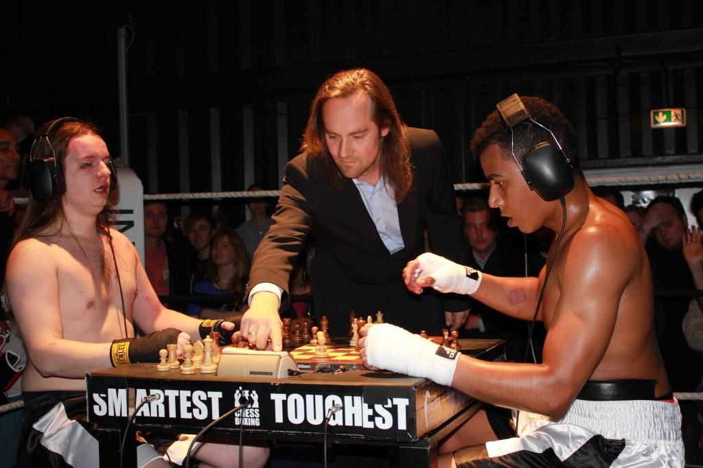Daniele all'inizio del terzo round: una mossa ed é scaccomatto. Il suo volto mostra i segni del duro combattimento svoltosi la ripresa precedente.